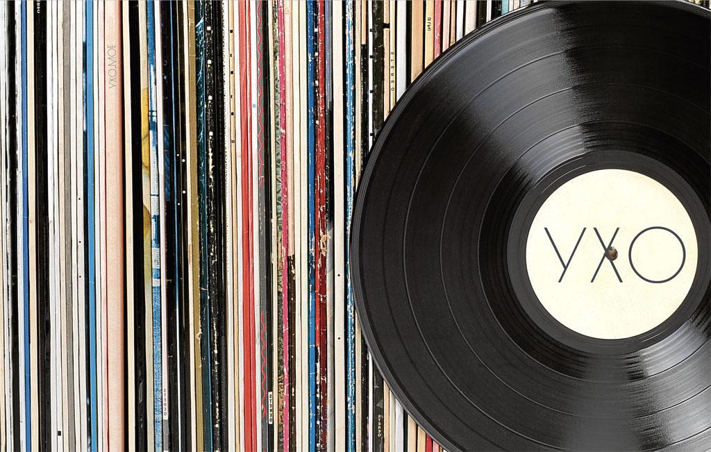 Виниловая пластинка на фоне коллекции пластинок — УХО - независимый журнал о музыке