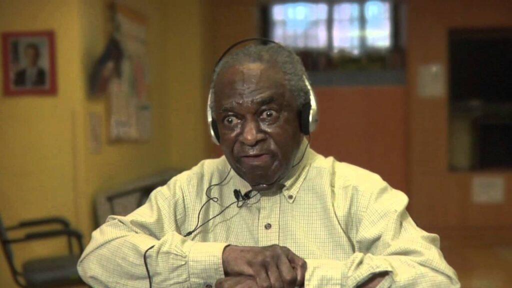 Генри — пожилой мужчина афроамериканец, страдающий болезнью Альцгеймера