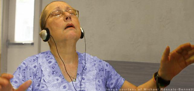 Дэнис — пожилая женщина, страдающая болезнью Альцгеймера слушает музыку в наушниках