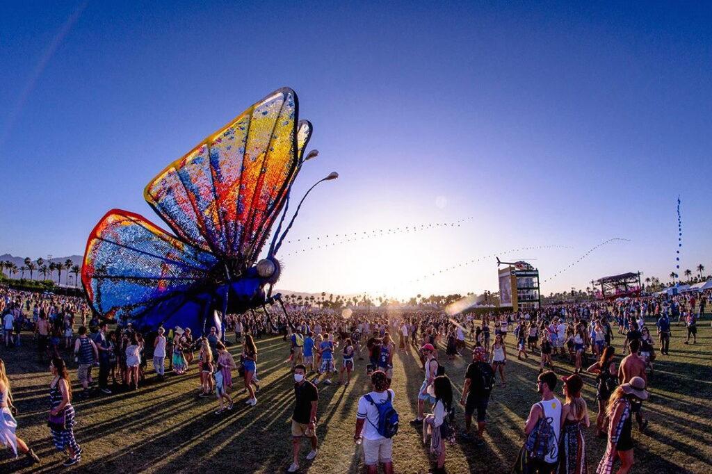 Огромная бабочка — пример инсталляций на музыкальном фестивале