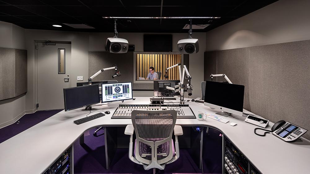 Студийная комната радиостанции KCRW